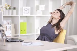 Zwischendurch mal Luft holen – die besten Entspannungsübungen fürs Büro